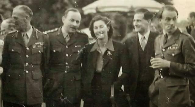 Krystyna Skarbek z przyjaciółmi
