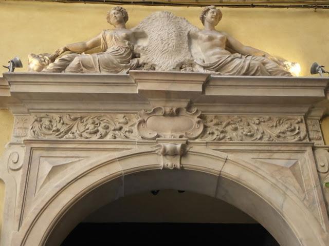 portale del palazzo de marini croce a genova