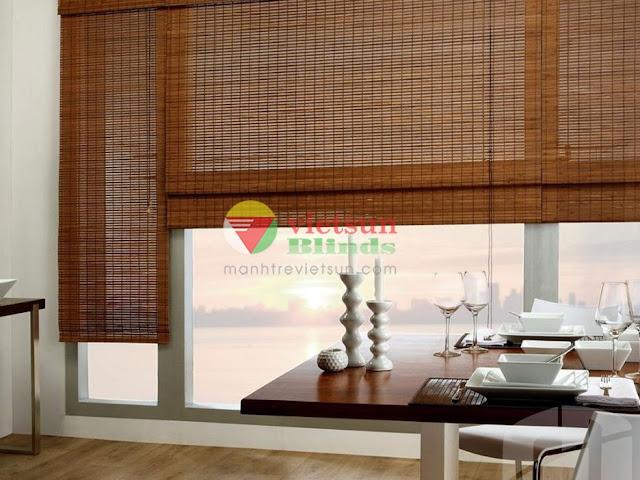 Mành tre trong nhà thường được sử dụng để che nắng ngay các ô cửa kính và làm vật trang trí
