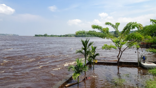 Flooded congo river, seen from the restaurant Chez Tintin