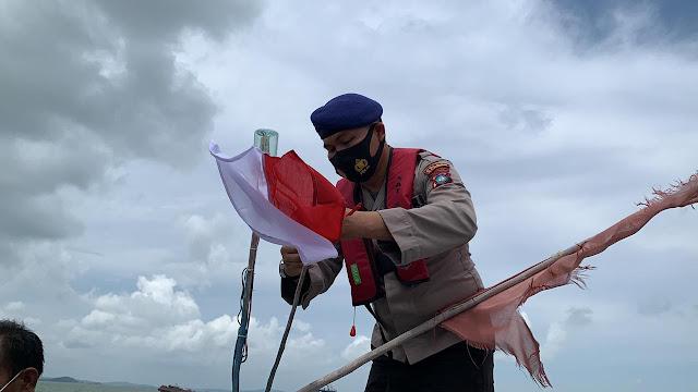 Satpolairud Polres Karimun Bagikan 300 Paket Sembako PPKM Level 3 dan  Bendera Merah Putih