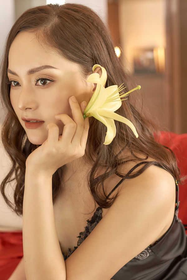 Không kém chị nhường em, Lan Phương mặc đầm ngủ hững hờ thả dáng trong bồn tắm
