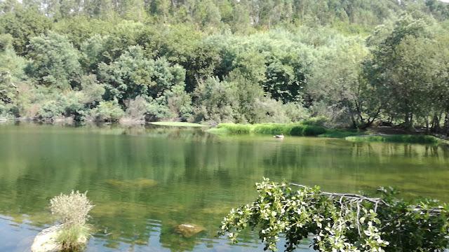 Espelho de água do Rio Cávado na Praia Fluvial de Verim