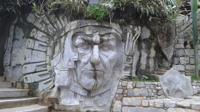 Machupicchu pueblo, escultura inca en Aguas Calientes