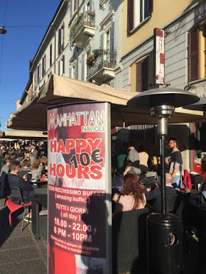 Bar Manhattan outdoor tables for aperitivo in Navigli Milan