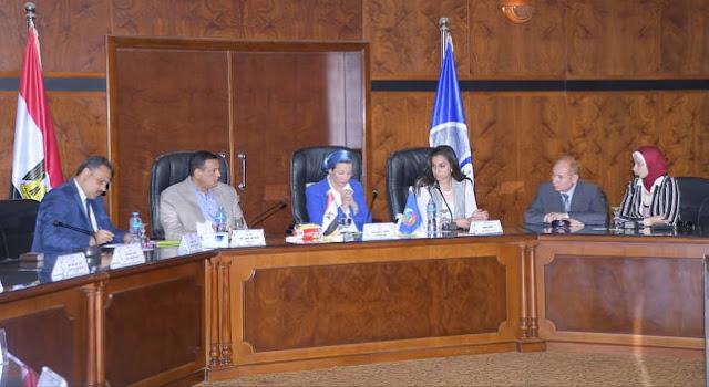 بالصور .. وزيرة البيئة ومحافظ البحيرة يعقدان إجتماعاً موسعاً مع العاملين بجهاز شئون البيئة