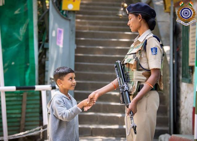 कश्मीरी बच्चे और महिला सुरक्षाकर्मी की हाथ मिलाते फोटो वायरल! - newsonfloor.com