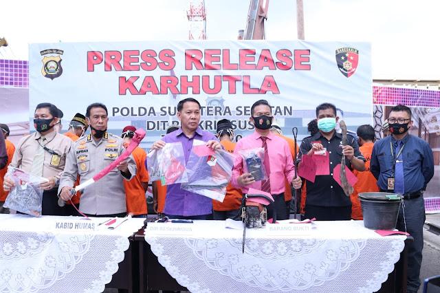 """Palembang - majalahglobal.com :  Direktorat Reserse Kriminal Khusus Polda Sumatra Selatan menangkap 22 Orang Tersangka yang sengaja membakar lahan sehingga menimbulkan Kebakaran Hutan dan Lahan (Karhutla).  22 orang itu berasal dari Polres Ogan Ilir (2 Tersangka dengan 2 LP), Polres OKI (1 Tersangka dengan 1 Lp) Polres Banyuasin (7 Tersangka dengan 7 Lp) Polres Musi Banyuasin ( 3 Tersangka dengan 2 Lp), Polres Pali (4 Tersangka dengan 4 Lp)   Pada periode bulan Juli 2020, Dit Reskrim Khusus Polda Sumsel dan Polres Jajaran berhasil menangkap 22 tersangka pembakar lahan di lokasi yang berbeda. Rincianya 18 laki-laki dan empat perempuan,"""" kata Kabid Humas Polda Sumsel, Kombes Pol Drs Supriadi saat Press Release Karhutla di Halaman Dit Reskrim Khusus Polda Sumsel, Selasa 1 September 2020.   Dir Reskrim Khusus Polda Sumsel Kombes Pol Anton Setyawan, SIK mengatakan bahwa keenam tersangka itu antara lain   1.YuIi 59 tahun warga Pemulutan Kab. OI,  2.Imam 62 tahun warga Indralaya Kab.OI,  3.MO 30 tahun warga Pedamaran Timur,  4.Jamil 34  tahun warga Sekayu,  5.Rizal 45 tahun warga Sungai Dua,  6.Yudi Warga Sungai Dua,  7.Bagio 45 Tahun warga Tanjung Lago,  8.Juhar 48 tahun Warga Banyuasin,  9.Jumai 57 Tahun warga Muara Enim,  10.Sari Warga Muara Enim,  11.Ardi Warga Gunung Megang,  12.Hari 38  Tahun Warga Muara Enim,  13.Wayan 25 tahun Warga Muara Enim 14.Aidi 50 tahun warga Banyuasin,  15.Has 48 tahun Warga Banyuasin,  16.Udin 60  Tahun Warga Banyuasin,  17.Agus 35 tahun Warga Tanjung Lago,  18.Zana 52 Tahun warga Talang Kelapa,  19.Susi Warga Pali,  20.Hasnah 66 Tahun Warga Pali,  21.Muryati 65 Tahun warga Pali dan  22.Almi 46 tahun warga PALI.  Kombes Pol Drs Supriadi menjelaskan, bahwa para pelaku ini membakar lahan milik mereka sendiri dengan kisaran luas lahan satu hingga dua hektare untuk dijadikan lahan perkebunan.   """"Mereka membakar lahan mereka di siang dan malam hari dengan cara menyiramkan solar dan korek api,"""" ungkapnya. Adapun barang bukti yang berhasil disita"""