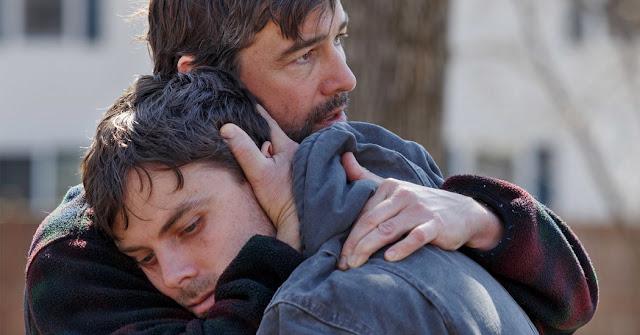 Kyle Chandler abrazando a Casey Affleck en Manchester frente al mar