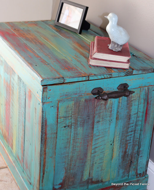 pallet, reclaimed wood, trunk, storage, paint technique, Beyond The Picket Fence, http://bec4-beyondthepicketfence.blogspot.com/2013/03/pallet-chest.html
