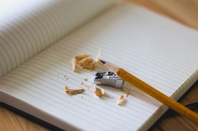 rautan pensil diatas buku