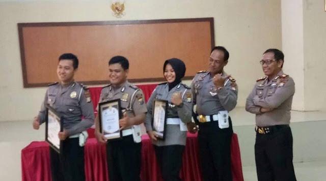 Dinilai Berdedikasi, Tiga Polantas Polres Palopo Diberi Penghargaan