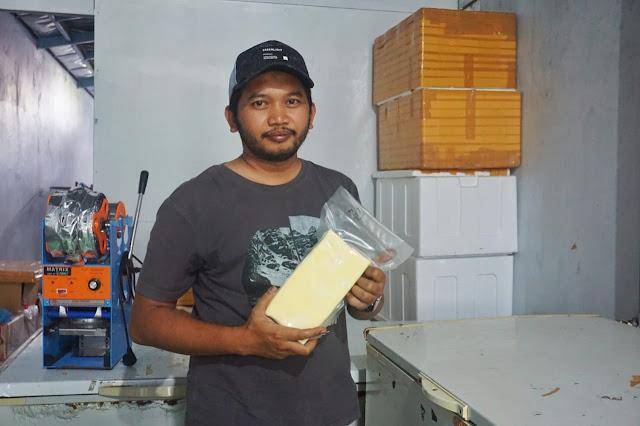 Romy memamerkan keju hasil produksi Indrakila