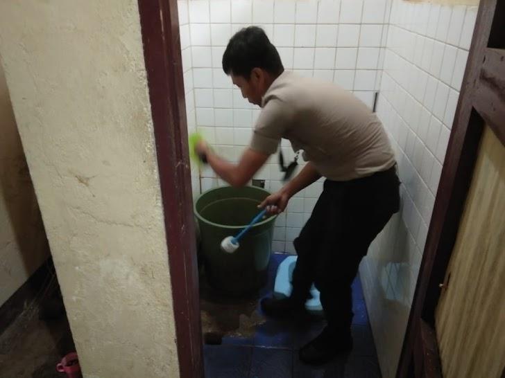 Peduli kebersihan,Kapolsek Tinggimoncong Polres Gowa Bersihkan Toilet Kantor