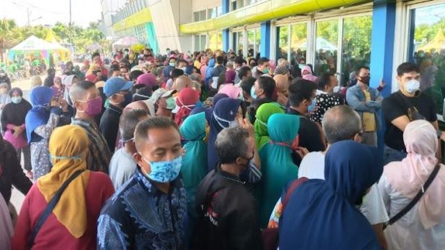 Karena Hoax Sembako Gratis, Warga Berdesakan Antri Lumbung Pangan Jatim