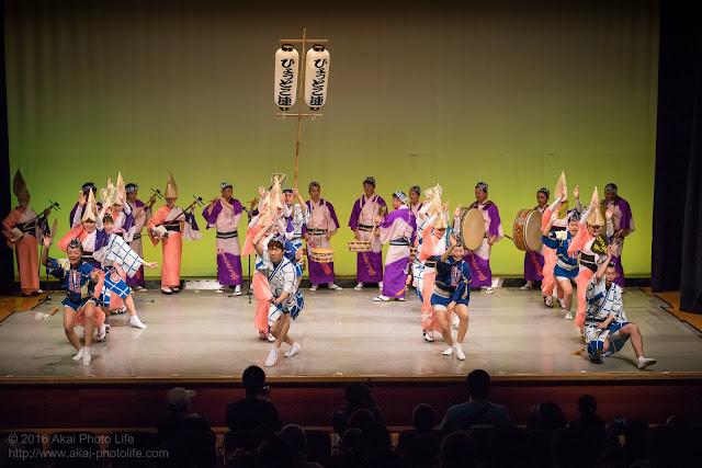 せいせき桜まつり、関戸公民館ヴィータ8Fのホールで阿波踊りを踊るひょっとこ連の舞台踊りの写真