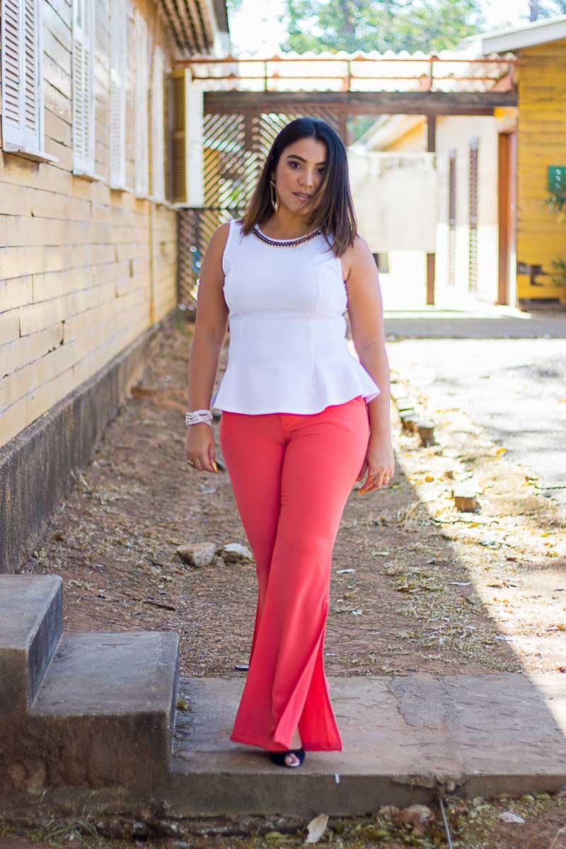 Blusa peplum e calça com fenda lateral