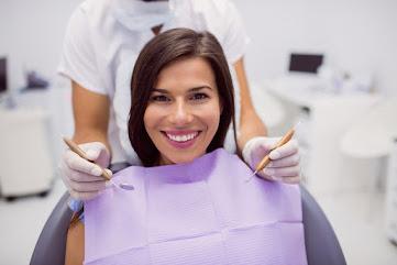 Persona cuidando sus dientes
