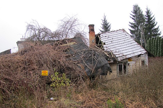 Niektóre stuletnie chatki popadają w ruinę.