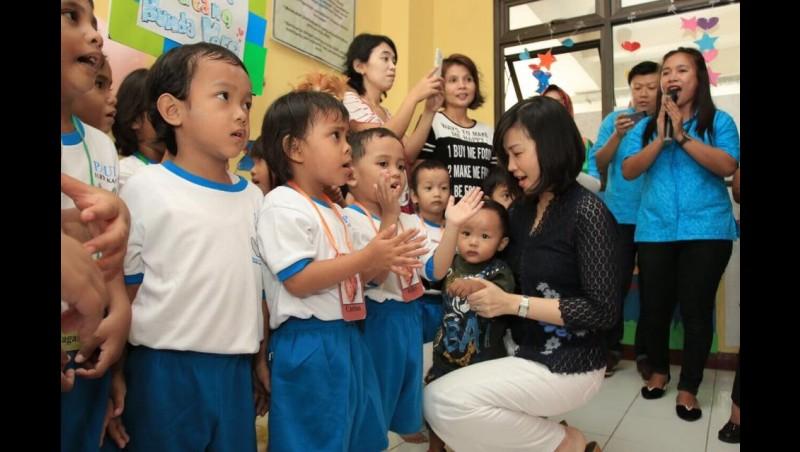 Veronica Tan dan anak PAUD