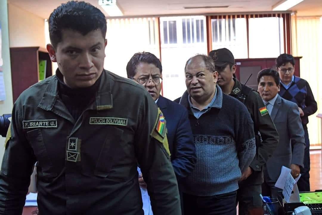 Romero enmanillado parte a la cárcel luego de la decisión del Juzgado anticorrupción / ABI