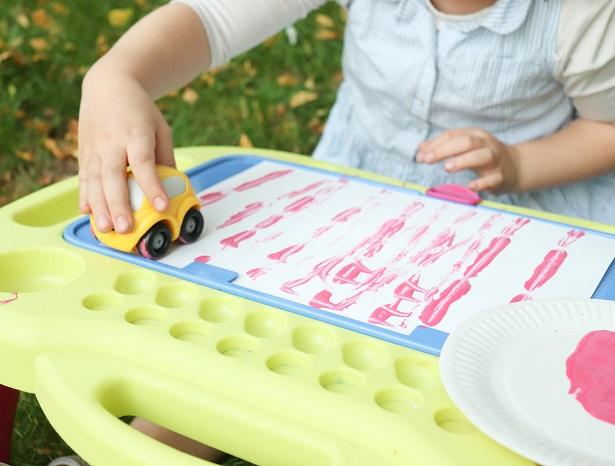 peinture-petites-voitures-maternelle