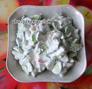 огуречный салат с соусом из сметаны
