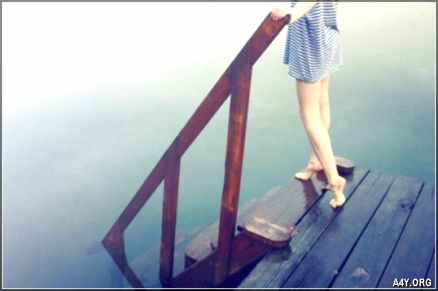 ảnh đôi chân của cô gái đang buồn