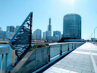 大橋から眺めるみなとみらいの街並