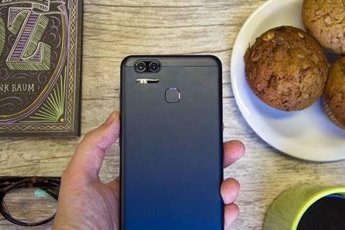 A câmera dupla com zoom óptico do ZenFone 3 Zoom é pró a celular da Asus