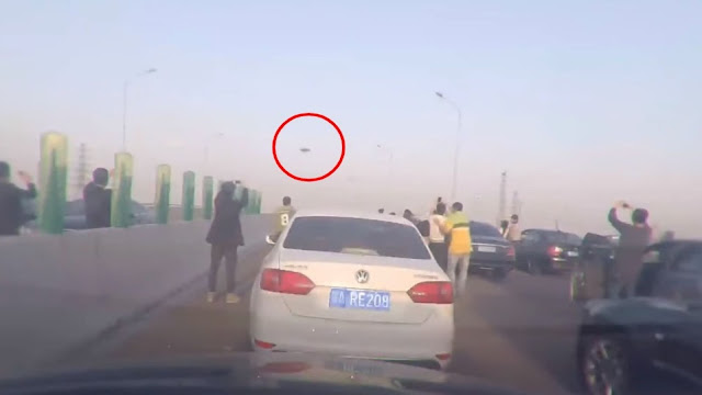 People-in-China-have-stopped-their-cars-in-the-middle-of-the-highway-and-started-to-film-a-UFO.