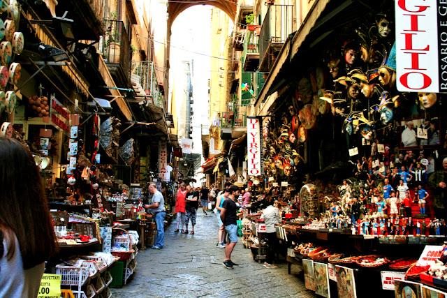 spaccanapoli, Napoli, bancarelle, esposizioni, mercatini, statuine, presepi, vendita, stradina, turisti