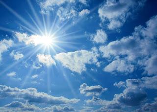 Pięknie wychodzące słońce zza chmur