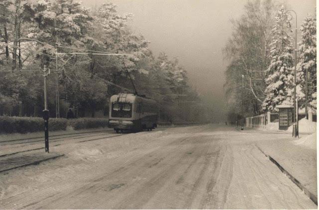 1950-е (?) годы. Рига. Межапарк. Проспект Кокнесес. Трамвай отъехал от остановки. Справа уличная телефонная будка