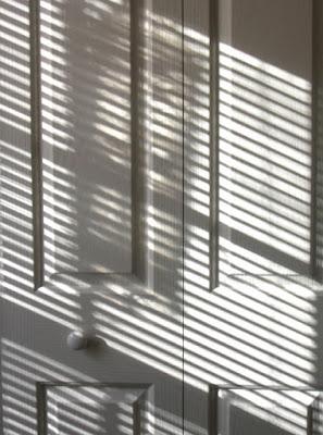 Porta iluminada pelo sol. #PraCegoVer