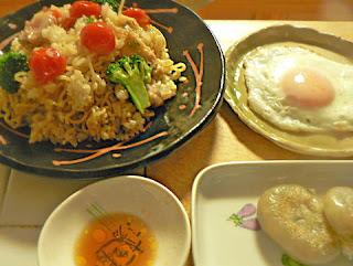 そばめし中華味バージョン 目玉焼き ニラ饅頭