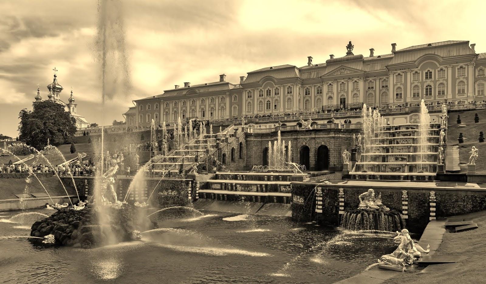 Peterhof_Palace,_Saint_Petersburg,_Russia