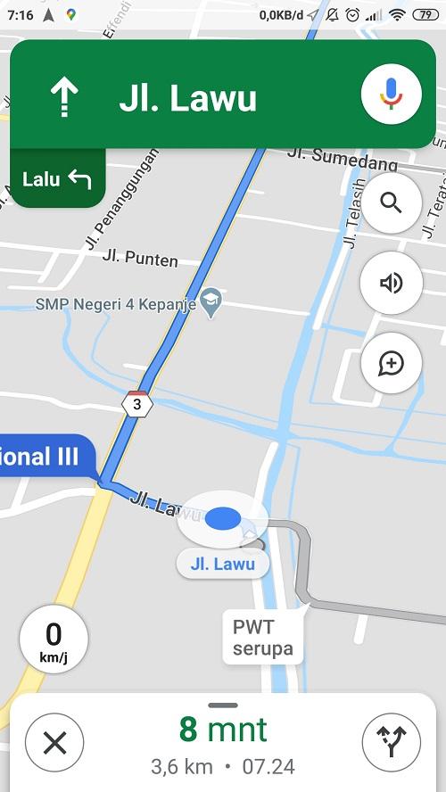 Aplikasi sedang menunjukkan arah perjalanan