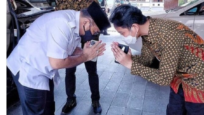 Beredar Foto Menag Sungkem ke Gibran, Netizen: Demi Langgengnya Jabatan, Lagi Tren 'Menjilat' Tingkat Dewa