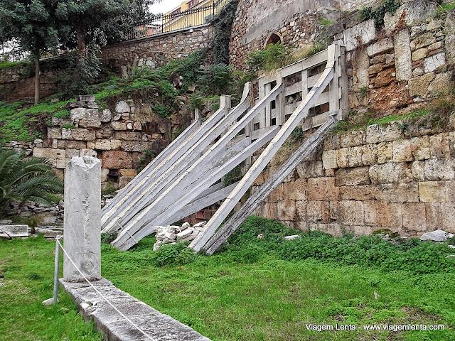 Escoras para evitar desabamentos em área histórica - Atenas