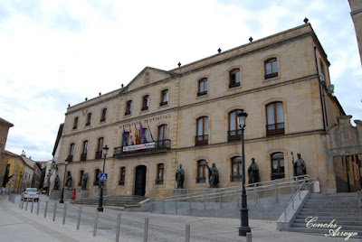 Edificio del siglo XIX , majestuoso, de tres plantas y multitud de ventanas, protegida su fachada por ocho esculturas de personajes históricos sorianos que pusieron en 1971. El edifico alberga la Diputación Provincial.