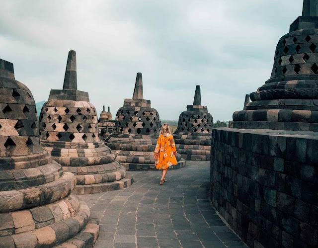 Để trải nghiệm Yogyakarta thêm trọn vẹn, bạn đừng quên ghé thăm thành phố vào mùa khô từ tháng 7 đến tháng 9. Du khách có thể đến Yogyakarta bằng đường hàng không (sân bay quốc tế Adisucipto) hoặc đón xe buýt, tàu hỏa trong khu vực. Trong thành phố, taxi, xe buýt hay xe kéo ba bánh là những phương tiện giao thông phổ biến bạn có thể tìm thấy trên bất kỳ tuyến phố nào.