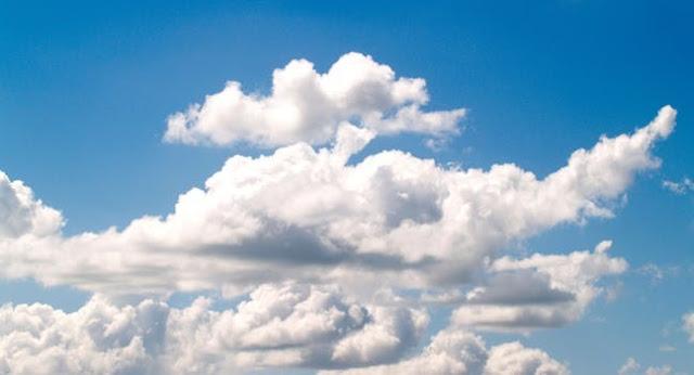 春空の白い雲