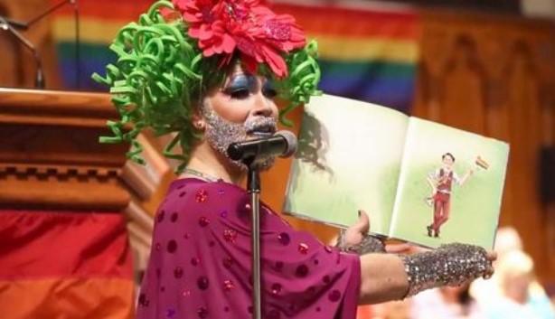 DRAG QUEEN FAZ LEITURA DE LIVRO GAY DURANTE CULTO DE LOUVOR EM UMA IGREJA PRESBITERIANA QUE ESTÁ COMEMORANDO O MÊS DO ORGULHO GAY