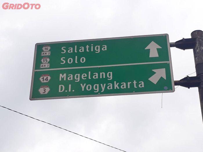 Papan penunjuk jalan dengan nomor rute jalan nasional