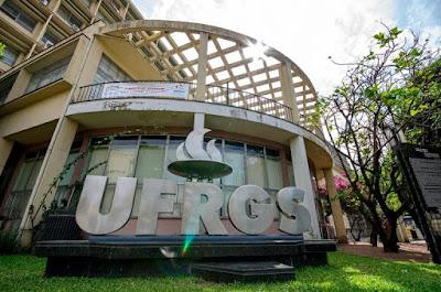 A foto mostra a entrada da UFGRS/Universidade Federal do Rio grande do Sul/Pública.