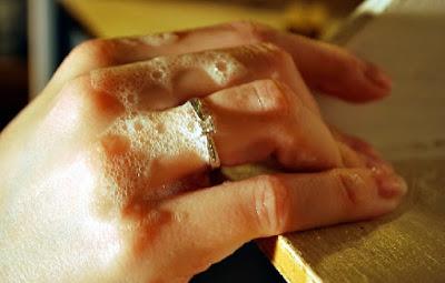 No lavarse las manos con los anillos puestos