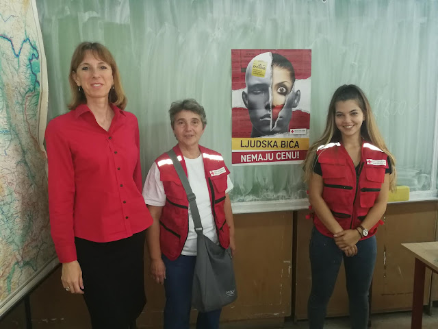 Едукатори Тања Ивков Узелац и Гордана Бабић са Маријом Олах Калмар, секретаром Црвеног крста Тител