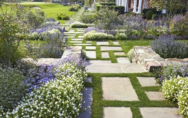 дизайн двора с мощением из бетонных плит и цветниками