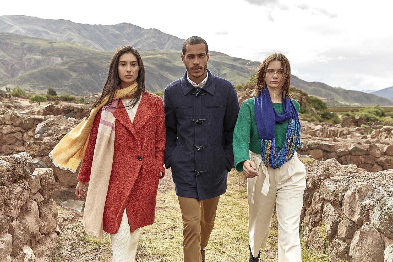 abrigo de mujer rojo con pañuelo  de seda, montgomery gris de hombre y camiseta verde mujer con collar de lana y tela